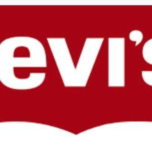 Säljer ett presentkort på 1000 kr från Levis butiken! Borde gå att använda på nätet också då det står ett presentkorts nummer på:)