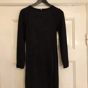 Tight snygg klänning från H&M som är använd 2-3 gånger.