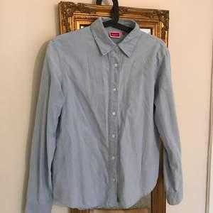 Jeansskjorta Storleken är ungefär 38, står 2 inne i skjortan