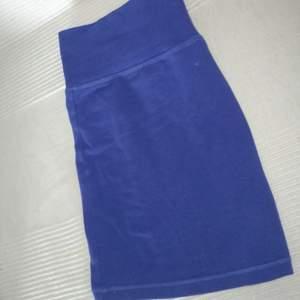 Säljer en minikjol i blått💫 Blivit för kort på mig som är 167cm ☺️  Måste bara säga att den är ganska kort, så att ni ej blir besvikna på längden sedan 👍😊  Tillkommer frakt 💫