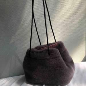 Fuskpälsväska från Zara, aldrig använd. Banden kan justeras och man kan ha den på olika sätt. Fluffig på insidan. Möts gärna upp i Stockholm, annars står köparen för tillkommande frakt på 54kr:)