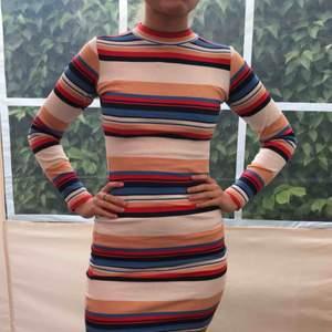 Superfin halvpolo-klänning. Somrig men går säkerligen att använda på vintern också🥰 Köpt på Bik Bok för ett par år sedan men endast använd ett fåtal gånger sedan dess! Modellen är 162 cm lång!💃🏼 Frakt tillkommer💌
