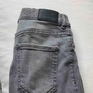 Gråa jeans från GinaTricot, modellen heter Alex. Storlek XS. Väldigt stretchiga! Möts upp i Stockholm eller fraktas!