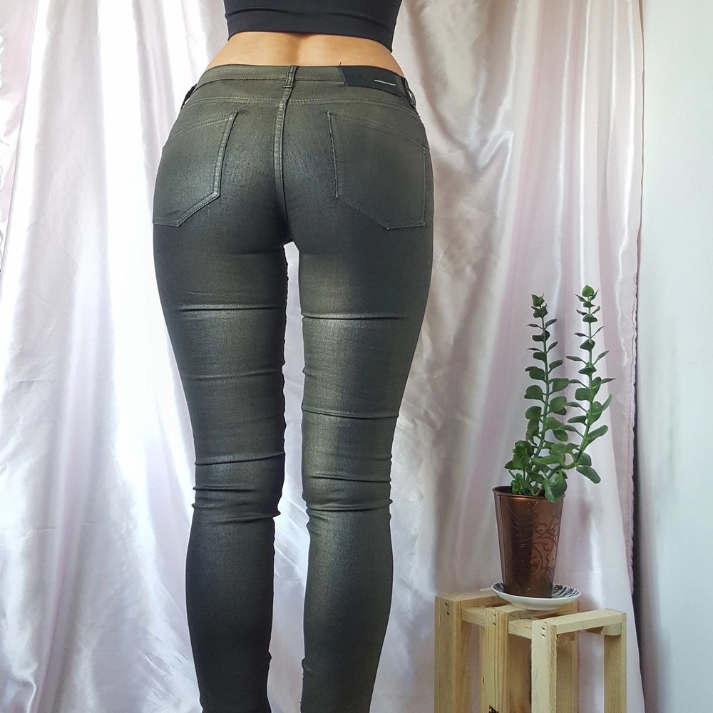 ~20% TIDIGARE 270KR/NU 216KR~ 🦋SUPER COOL SLIM BLACK JEANS WITH METALLIC GREEN EFFECT AND SILVER ZIPPERS AT LEG ENDS, FROM SWEDISH BLK DNM  ▪Size 25 / EU 32-34 ▪Condition 9/10   🙋🏽♀️My measurements ▪Height 161cm / 5'3