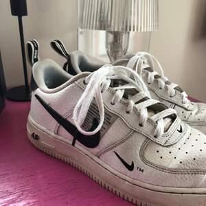 Nike Air Force 1 Low Utility White Black. LIMITED EDITION. Storlek 36.5. Spårbar frakt, 45kr 🚚 med postnord 📦 . Köpta secondhand.
