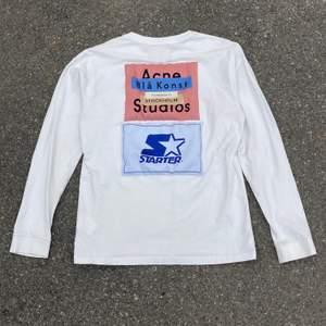 Acne studios x Starter Longsleeve i jätte bra skick förutom en pytte liten blå fläck på ena armen som knappt går att se. Passar storlek S-M