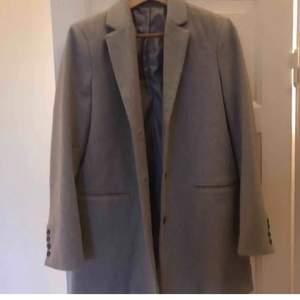 Säljer en grå kappa från Henri Iloyd. Aldrig använd. Normal i storlek. Supersnygg höstjacka! Frakt tillkommer!💕