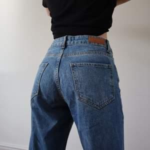 Säljer mina älskade jeans!🥺 Loose fit trendiga jeans i superfin färg. De är köpta på nakd. Sitter så snyggt och är väldigt bekväma. I nyskick!