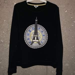 Kenzo Paris tröja, använd fåtal gånger och är inprincip som ny. Köpt på NK för 2700kr. Storlek M men passar även S. Möts helst upp i stan men annars står jag ej för frakt! Buda i kommentarerna!💕