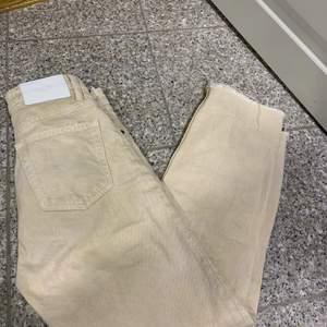 Ett par skit snygg beiga byxor som är raka i modellen och som sitter skit snyggt på. Dem ee från zara men finns inte längre kvar i butik. Köparen står för frakt 66kr