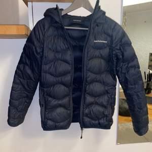 Helium Hood jacket från Peak Performance i färgen mörkblå, säljer pga att den är för liten, väldigt fint skick, strl XS, original pris: 2500kr