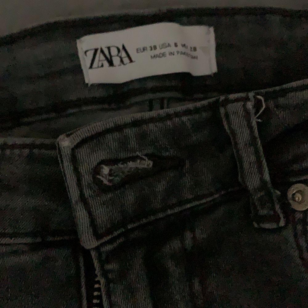 Säljer mina gråa jeans med slits från Zara , har tyvärr ingen bild på hur dem sitter på. Säljer pga att jag ej använder dem! Köpta denna sommaren . Jeans & Byxor.