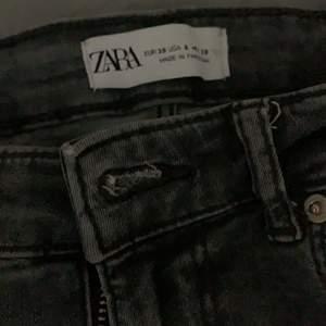 Säljer mina gråa jeans med slits från Zara , har tyvärr ingen bild på hur dem sitter på. Säljer pga att jag ej använder dem! Köpta denna sommaren