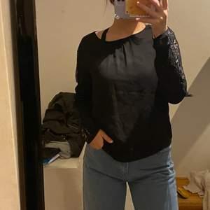 Säljer en svart blus med spets och bling bling på armarna! Väldigt fin och i bra skick. Buda i kommentarerna startbudet är 80kr+frakt✨