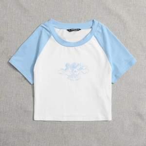 """vit och blå topp med texten """"angel baby"""" på, bud i kommentarerna!💕"""