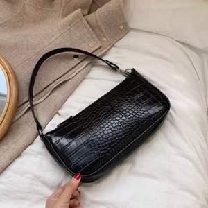 Säljer min svarta väska ifrån @byanastasia (bilden är inte min utan är tagen från deras instagramsida)                       Den är i fint skick och säljs för 150kr