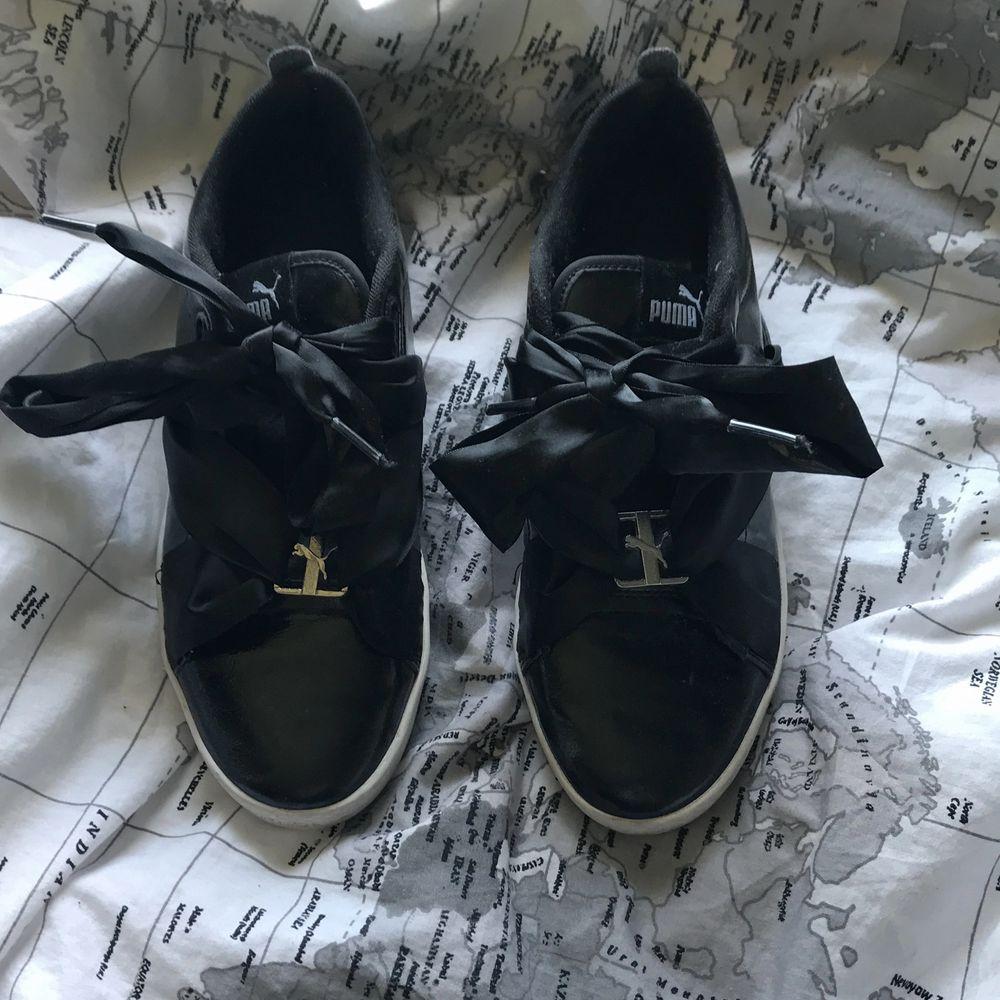 Supersöt och fina Puma suede skor i bra skick, knappt använda då de var för små för mig:/ Säljer för 200kr plus frakt . Skor.