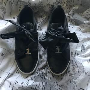 Supersöt och fina Puma suede skor i bra skick, knappt använda då de var för små för mig:/ Säljer för 200kr plus frakt