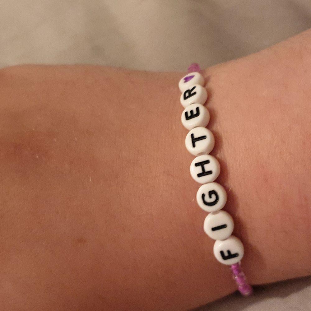 Hemmagjort armband med en inspirerande text, med elastiskt band så det passar alla! 💙. Accessoarer.