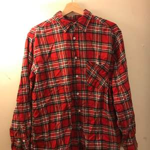 En röd flannellskjorta från märket new York stil, om du vill vara grunge i storlek large