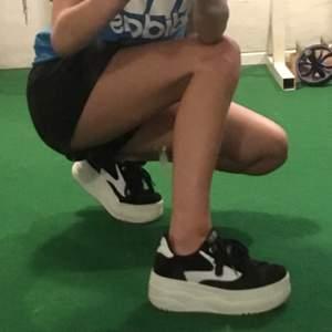 Svart vita, chunky/platform sneakers från mtng💕 Materialet känns lite som mocka, stilrena dojor, så coola🥵 Som nya☺️ nypris 800kr