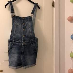 Fina hängsle shorts, jeans material och blå jeansmärke med prickigt på insidan. Blixtlås och knappar. Bra skick. Storlek 158-164 men passar som xs. Köparen står för frakt.