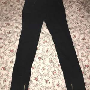 Storlek XS. Säljes eftersom dom inte kommer till användning.  Köparen står för frakt ☺️   #Jeans, #SvartaJeans, #Byxor, #Kläder