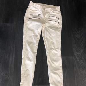 Vita byxor med dragkedja vid fötterna från ZARA. St 34 med stretch. Använd fåtal gånger, säljer pga för små nu. Jättefina! Säljer för 100kr.