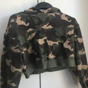 Säljer en lite croppad camouflage hoodie, använd ett par gånger men kommer inte till användning längre <3                                                                 (frakten är inkluderad)