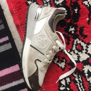 Oäkta LV skor som jag älskar ! Supersköna och fancy säljes pga att de inte passar längre 💔  Priset kan absolut diskuteras och byte av vara är möjligt 🌸