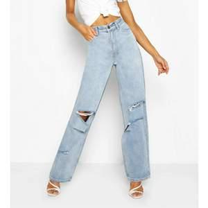 Säljer dessa superpopulära jeans från Boohoo i storlek 36. De är HELT SLUTSÅLDA på hemsidan, säljer endast då de tyvärr blev för stora för mig (därav aldrig använda!). Högsta bud just nu: 410 kr + frakt