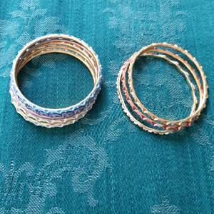 Metallarmband i olika färger. Diametern är 5,5 cm, barnstorlek. De tre i olika guldnyanser är böjda till ovaler för att passa bättre på handleden, 6 cm bredd och 5 cm höjd. Kom med prisförslag! Frakten är 11 kr för alla tillsammans 🌱