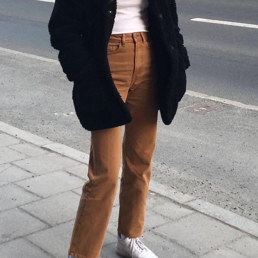 Säljer min favoritmodell av jeans från weekday - row jeans. I nyskick utan skador. Köparen står för frakten, 59kr 🤎. Jeans & Byxor.