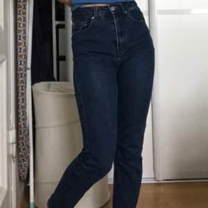Säljer dessa jättesköna jeans från Denim & Co, då de tyvärr inte kommer till användning och jag har för många jeans 😅. Kan mötas upp i Stockholm, annars tillkommer frakt :) Kontakta vid intresse!❣️