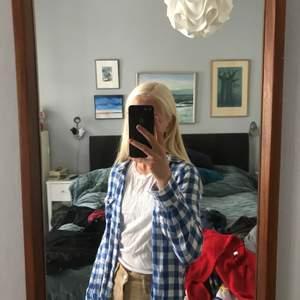 Säljer denna somriga blus då den inte riktigt är min stil! Den är dock jättefin att ha öppen över ett linne :) Kan mötas i Stockholm, annars tillkommer frakt. Kontakta vid intresse!💞
