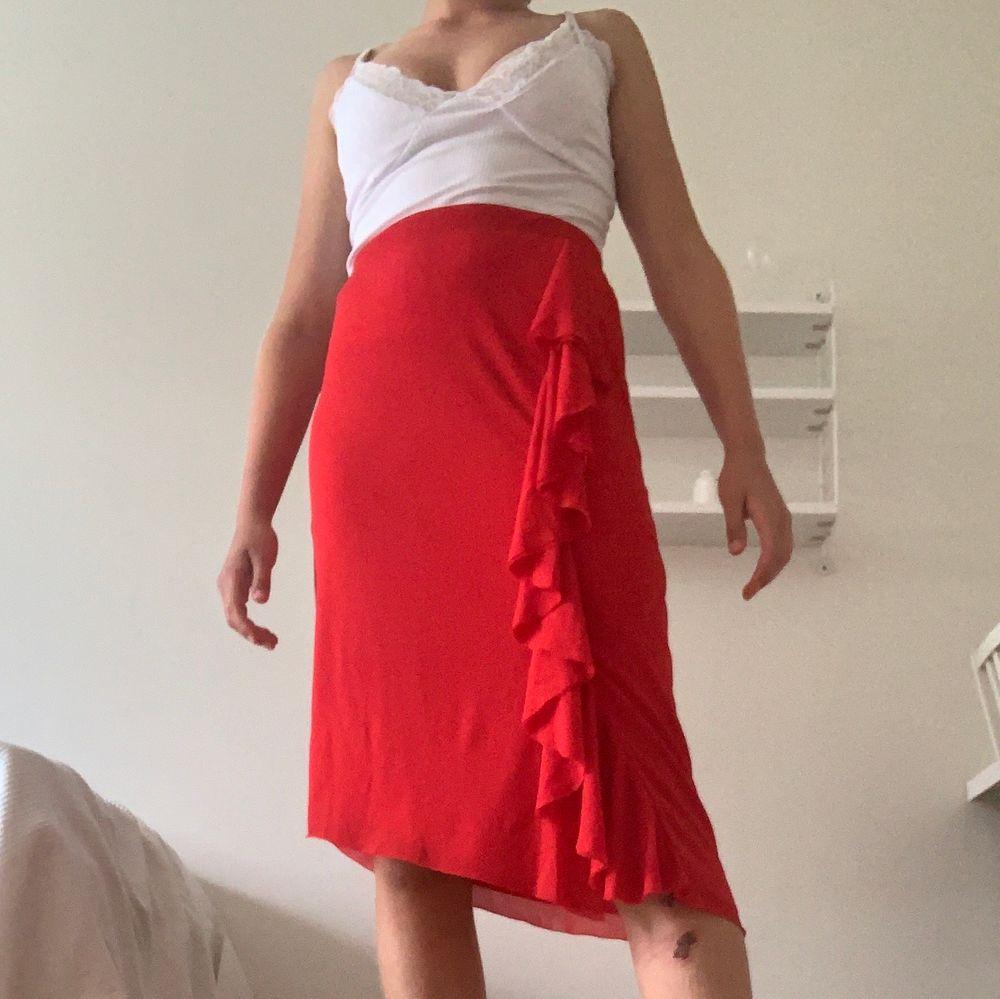 Säljer denna superfina kjol från NA-KD💞Färgen ser lite orange ut på bilden men den är egentligen röd. Kontakta för fler bilder😊. Kjolar.