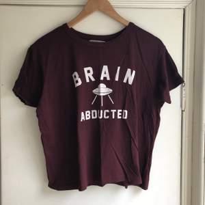 Vinröd unik cool t-shirt med alien-motiv, storlek M. 80kr