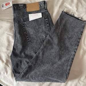 Helt nya Mom jeans från hm! Aldrig använda bara testade. Högmidhade. Alla lappar sitter kvar på byxorna, har även kvar kvittot. Storlek 42 men extremt liten passform skulle gissa att den passar 38! (Frakten ingår i priset)