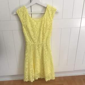 En gul klänning från cubus i storlek 146-152. Väldigt bra kvalite och sitter jättefint på. Säljer den för att jag har växt ur den🌞 köparen står för frakten!