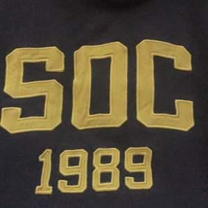 En blå/grå hoodie med gul text. Mysigt och mjukt material. Sparsamt använd! Köpare står för frakten, men kan mötas i delar av stockholm💕