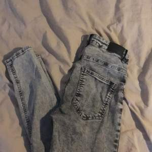 Ett par gråa skinny jeans från ginatricot. Aldrig andvända och är i super skick. Är jättestretchiga o sköna.  Köparen står för frakten🥰