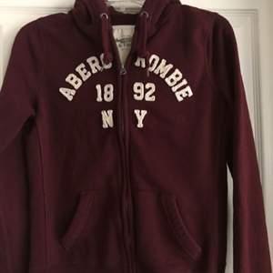 Sparsamt använd hoodie från Abercrombie & Fitch. Märkt som L, men deras storlekar är helt skeva och denna är mer som en S/M i storleken. Köptes för 799kr. Pris kan diskuteras vid snabb affär.