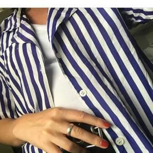 Randig skjorta köpt på secondhand,svinsnygg! Frakt 30kr.