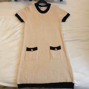 Vit/svart, small, bomull, kortklännning slutar några cm ovanför knät.