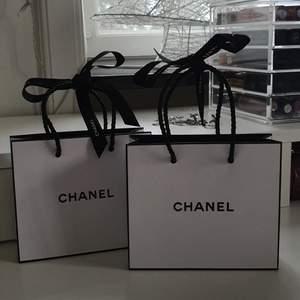 2 stycken gulliga små Chanel påsar med Chanel band. Super fint skick och kan användas som inrednings detalj🦋 betalning via swish och köparen står för frakt🦋