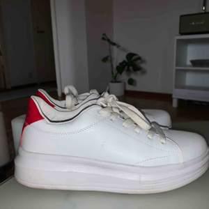 Sneakers köpta på Gina i storlek 38, sköna och väldigt lätta. Nyskick, de är använda 2 gånger