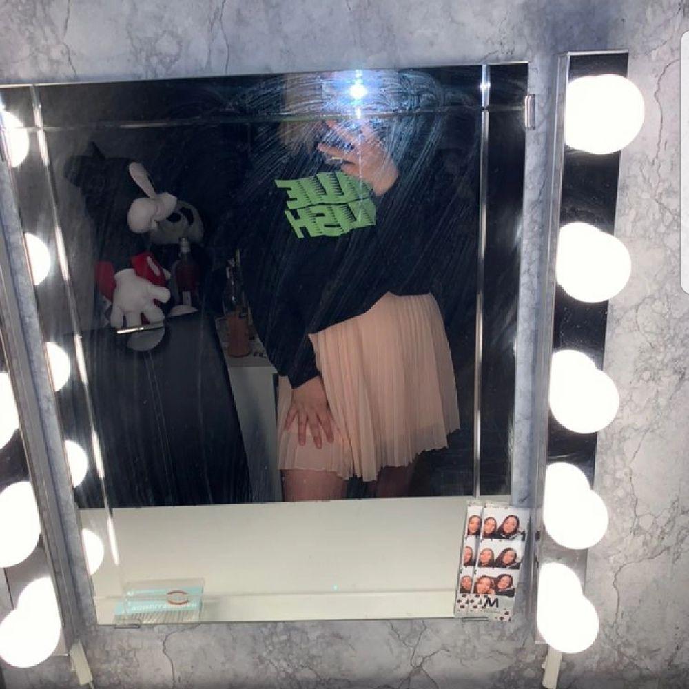 180kr för hela outfiten 205 med frakt, eller 100kr för tröjan och 120kr för kjolen, storlek M.. Kjolar.