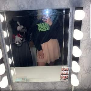 180kr för hela outfiten 205 med frakt, eller 100kr för tröjan och 120kr för kjolen, storlek M.