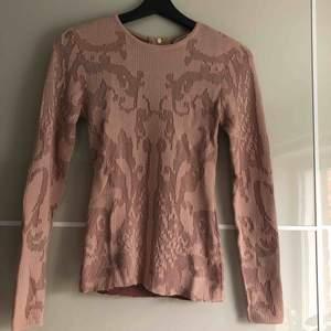 Snygg långärmad tröja från Ivyrevel. Förra ägaren har tyvärr klippt den för att få kortare modell därav lägre pris. (se bild)  Köparen står för frakt.