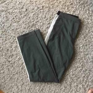 Säljer nu dessa gamla godingar från zara! Suuuuupersköna grå kostymbyxor med vit rand på sidan av benen. Ser ut som andra bilden fast grå!💕💕